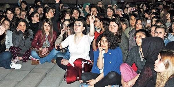 Üniversite yurdunda ek yatak protestosu