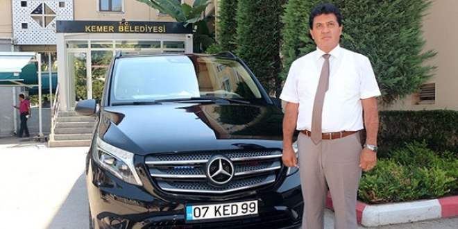 Antalya'nın Kemer Belediye Başkanı Mustafa Gül, tasarruf amacıyla belediyenin kiraladığı makam aracını iade etti. Makam aracı olarak kullanacağı otomobili, kendisi satın alan Başkan Gül, yakıt parasını ödeyeceğini de söyledi. ile ilgili görsel sonucu