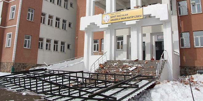 Okulun çatısı kar nedeniyle çöktü 9
