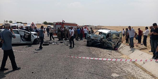 İki araç kafa kafaya çarpıştı: 4 ölü 8 yaralı