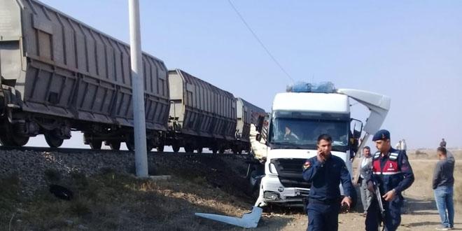 Yozgat'ın Yerköy ilçesinde hemzemin geçidinde trenin tıra çarpması sonucu tır şoförü hayatını kaybetti. ile ilgili görsel sonucu