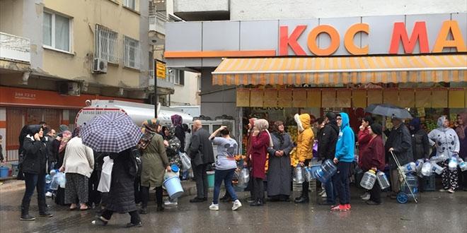 İzmirliler yağmur altında 'su kuyruğu'nda