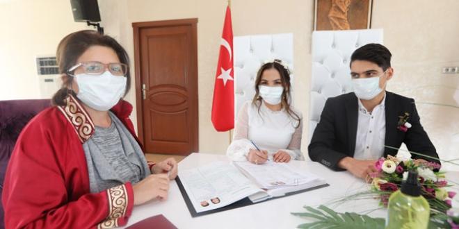 Maskeli, dezenfektanlı nikah töreni ile ilgili görsel sonucu