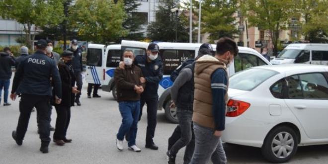 Korona tedbirlerini hiçe sayıp asker eğlencesi yapan gençler polise saldırdı  - Memurlar.Net